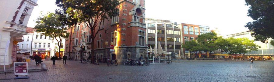 Die 'Bühne' für den zweiten Hörgang: das Altes Rathaus und der Marktplatz in Oldenburg.